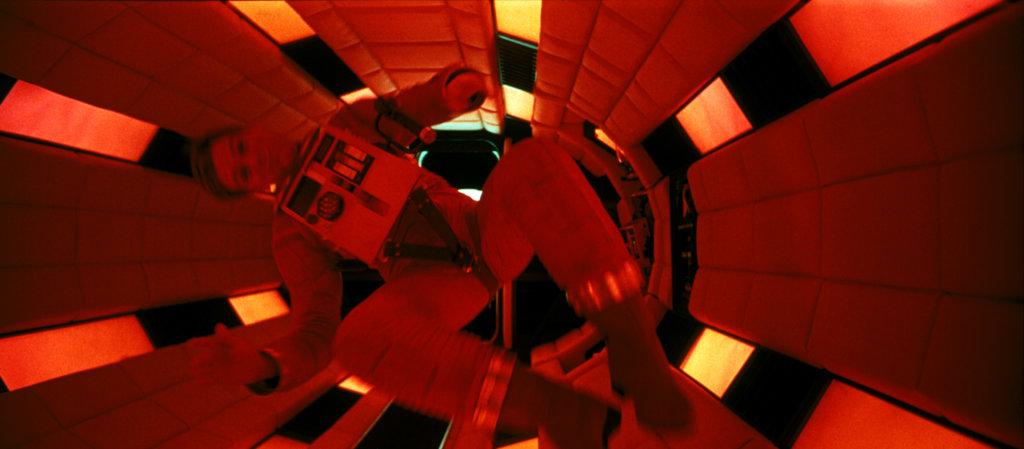 毫無破綻的仿無重狀態攝影和經典滾桶型太空艙佈景