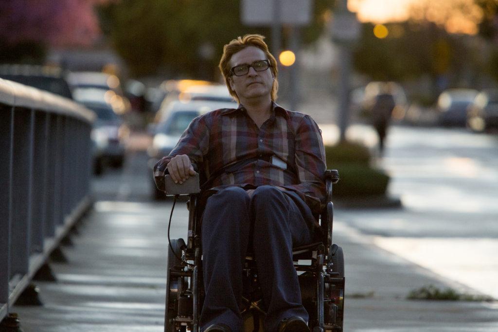 華堅在片中因醉駕車禍導致四肢癱瘓,淪為終日以酒精麻醉自己的酒鬼