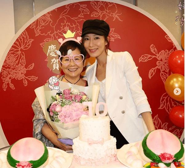 現時楊怡跟媽媽同住,方便互相照顧。