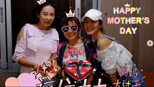 今年母親節,楊怡與家姊楊卓娜和媽媽可以一同慶祝。