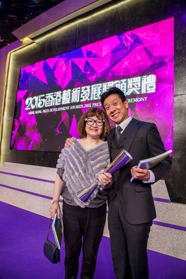 一五年,朱栢康獲藝發局頒發「藝術新秀獎‧戲劇」,媽媽到場支持。