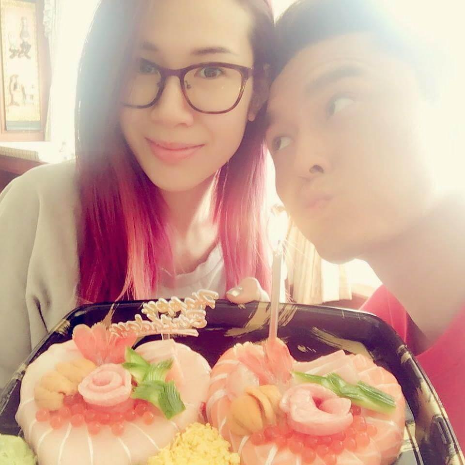 莊思明知道楊明不愛吃甜品,故買了一個壽司蛋糕與男友慶生。
