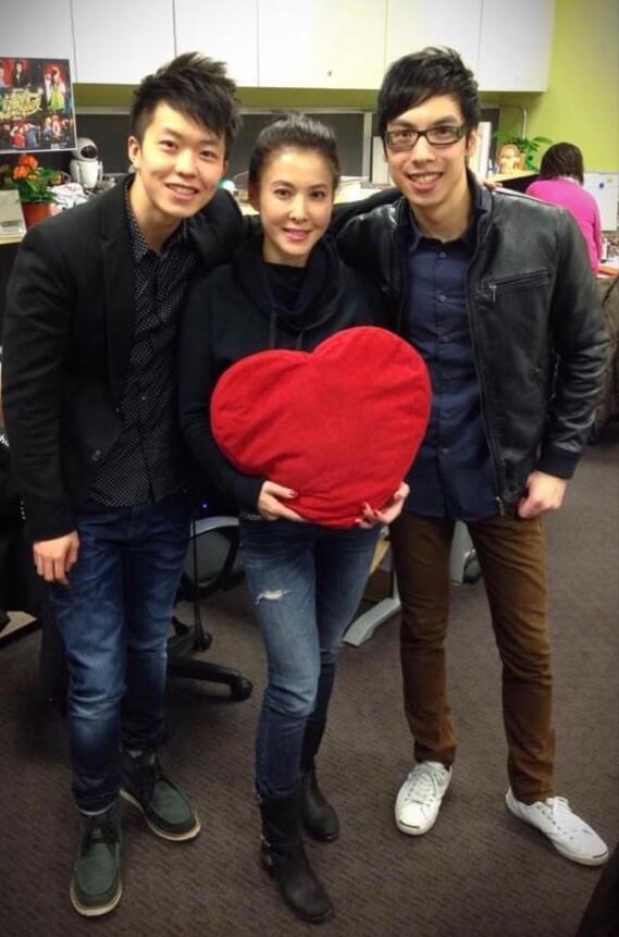 鄭衍峰與李婉華在加拿大中文電台合作開咪,前輩鼓勵他回港發展。