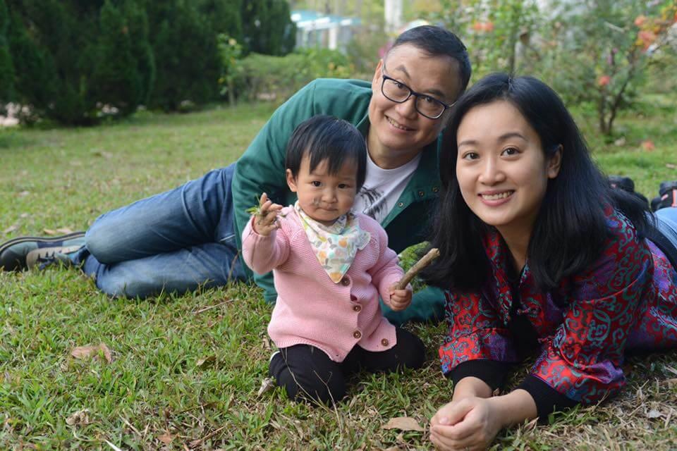 嚴浩和太太在教導子女方面意見一致。