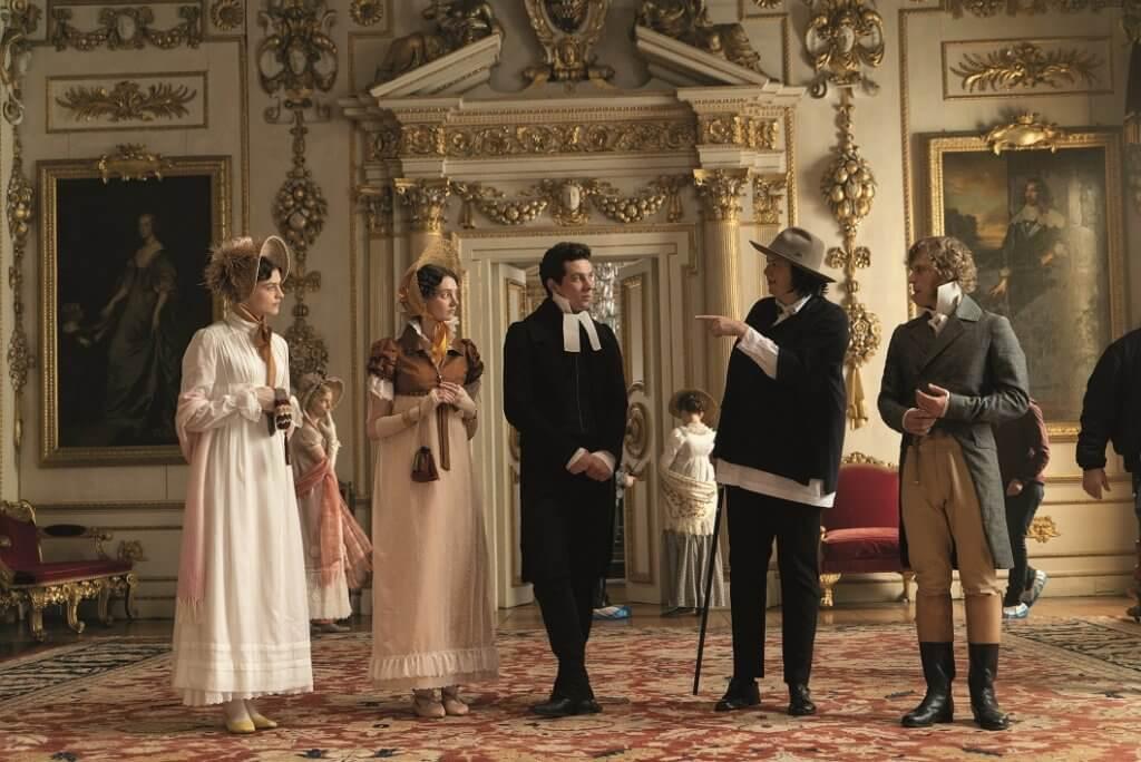 拍廣告出身的女導演Autumn de Wilde(右二),首次拍攝長片。