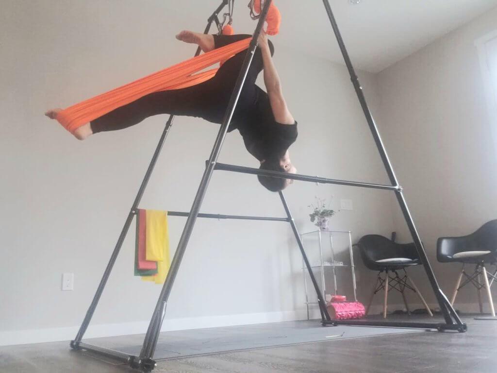 她在加拿大屋企添置瑜伽器材,有時間便會做運動。