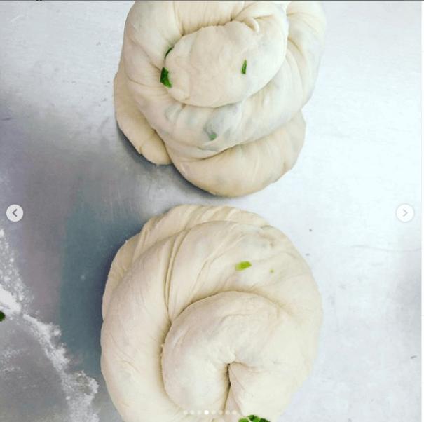 在家養胎的楊怡,閒時會研究美食,最近炮製了蔥油餅。