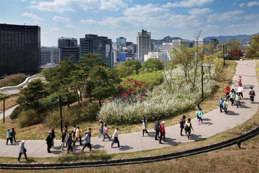 朴世路對初初戀姜敏晶念念不忘,二人經常在公園散步。