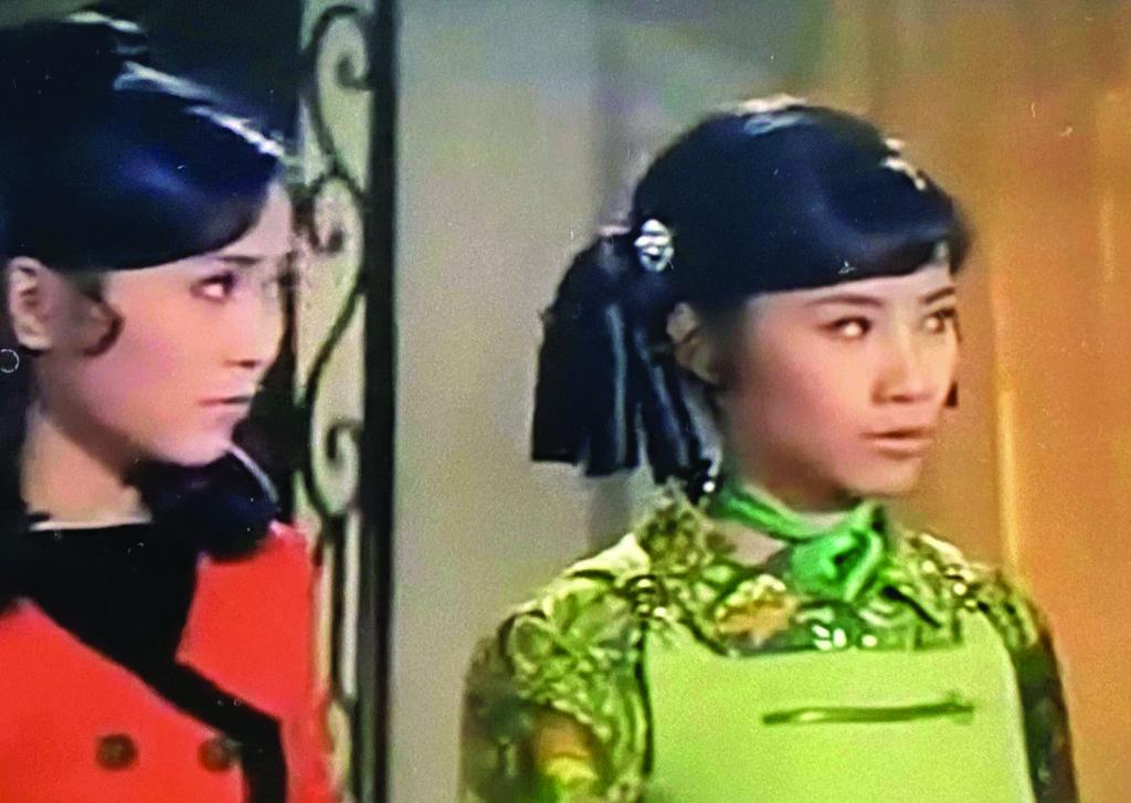 《小姐不在家》,因為「小姐要出嫁」。李與汪皆早婚,但不妨礙事業發展。演出這部電影時,誰會知道數年後李司棋是董小宛,汪明荃是珍妃,而兩人與《藍與黑》的唐琪,一個是擦肩而過,一個是由她開始,正式踏上戲劇之路。