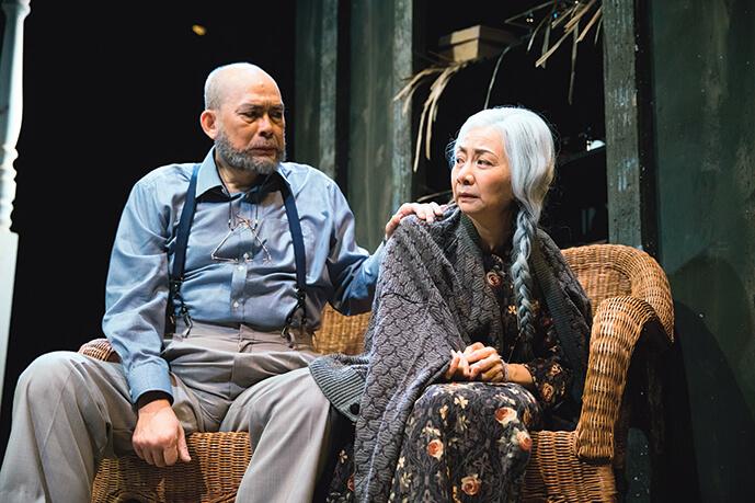 《一缺一》揭示老人被社會和家人遺棄的淒涼晚景,周志輝和區嘉雯飾在安老院內終日以玩紙牌排遣鬱悶,互相陪伴卻又經常針鋒相對的老人家。