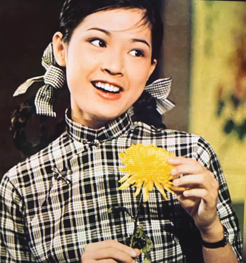 傳說黃淑儀試鏡《夢斷情天》時,編導鍾景輝把一朵菊花放到她的手中,要她從走廊一頭走到走廊尾,來來回回不下數十次。圖中是不是那朵著名的道具已不可稽考。