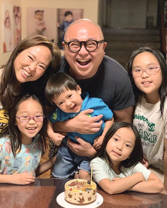 阿Bob與太太育有三女一子,組成幸福的六口之家。