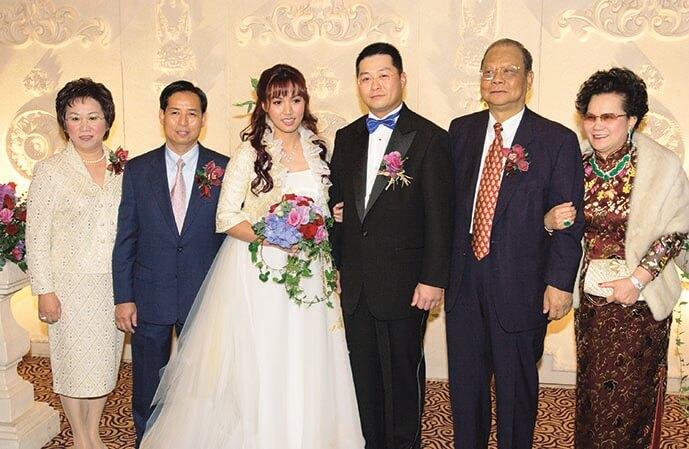二○○二年,黎瑞恩與曾憲梓三兒子曾智明結婚,婚宴上與雙方家長合攝。