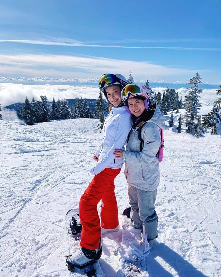 年初疫情仍未嚴重時,她仍然可以與好友相約滑雪。