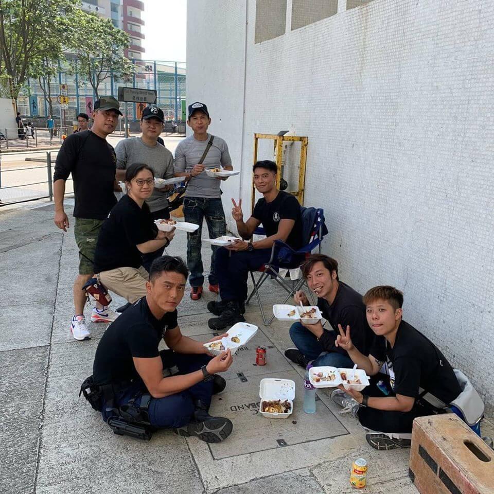 拍完赤膊的戲分,眾演員終於可以食燒味飯,楊明就連吃兩盒。