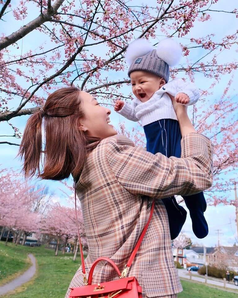 去年家姊誕下囝囝,令陳瀅母性大發,幫忙湊B。