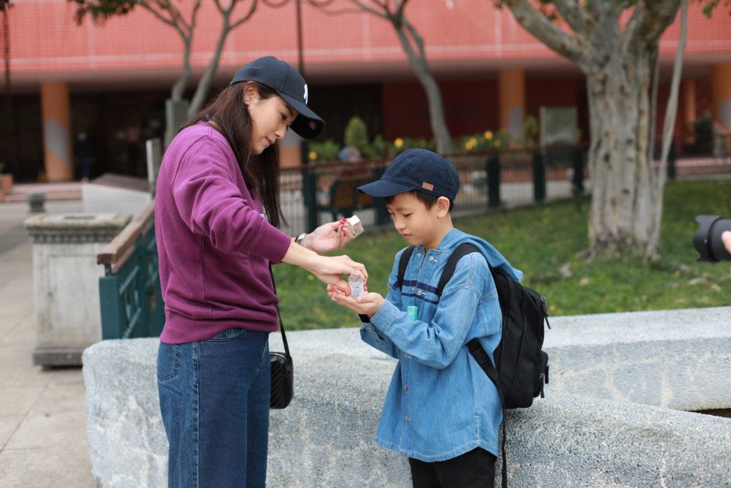 近日疫情嚴重,葉凱茵不時叮囑囝囝用搓手液清潔雙手。