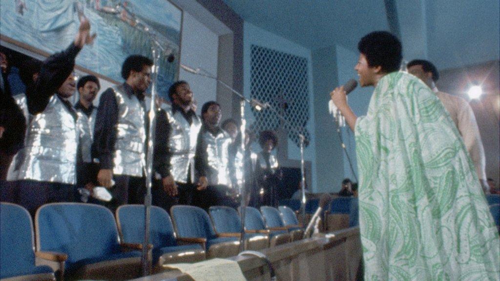 影片高潮是Aretha現場錄製福音演唱會專輯《Amazing Grace》第一首歌