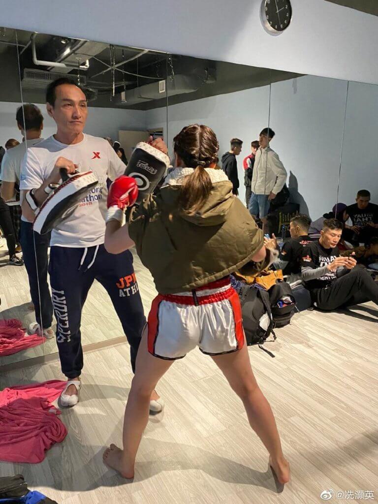 冼灝英開班教授搏擊拳術等,有不少徒弟學生。