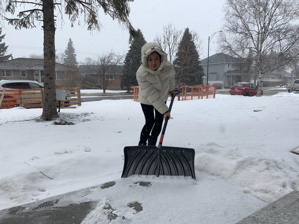 每朝早,她會在門外剷雪,要不然會被政府罰錢。