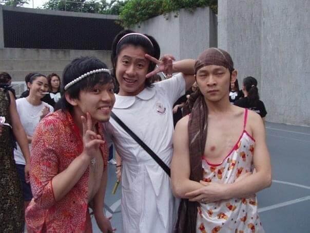 讀演藝學院時,同學影班相,每人要帶一套服裝給另外一個同學穿著,十分搞笑。
