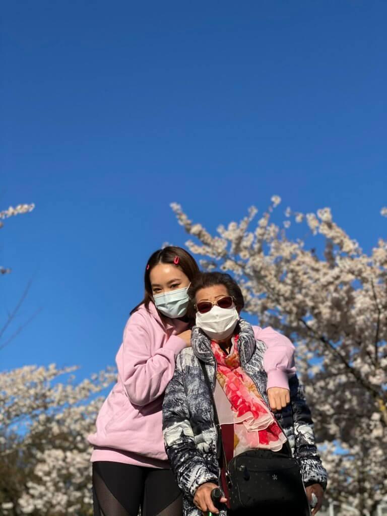 跟婆婆齊齊戴上口罩賞櫻,另有一番風味。