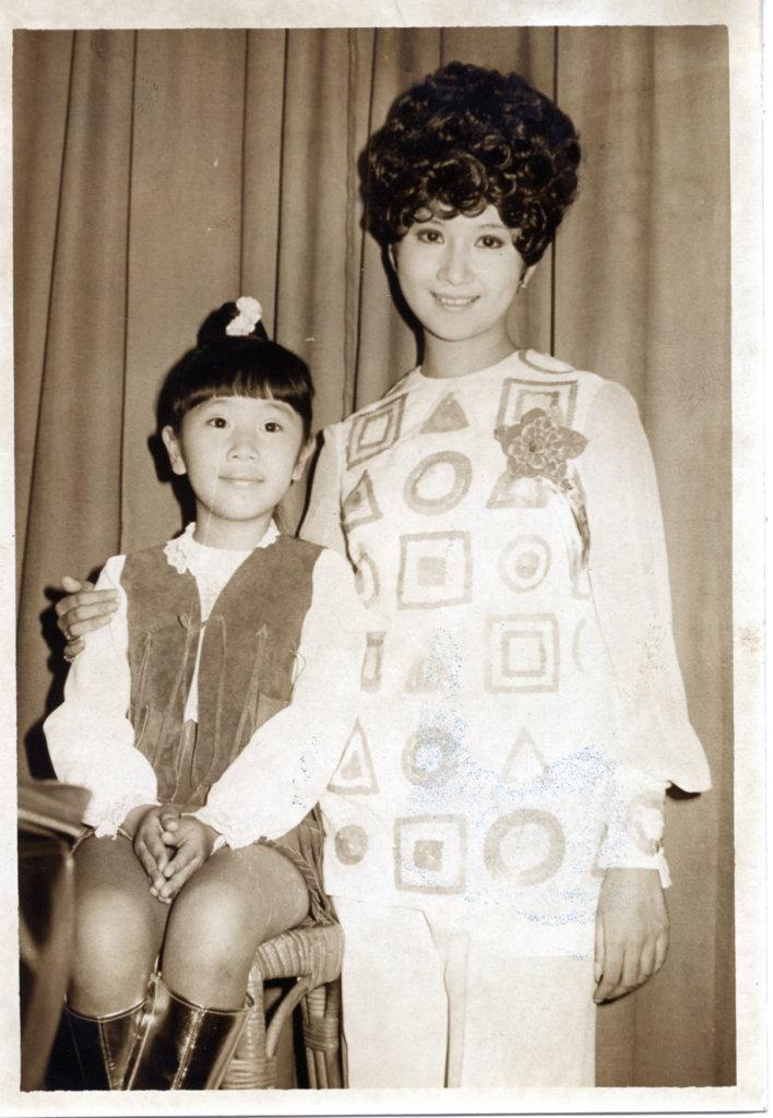 呂珊做童星時,曾與薛家燕合作電影《梅蘭菊竹》。