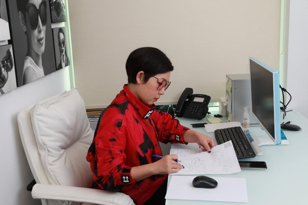 黎芷珊近年推出自家眼鏡品牌,她坦承門市零售受疫情影響,不過網上銷售卻有增長。