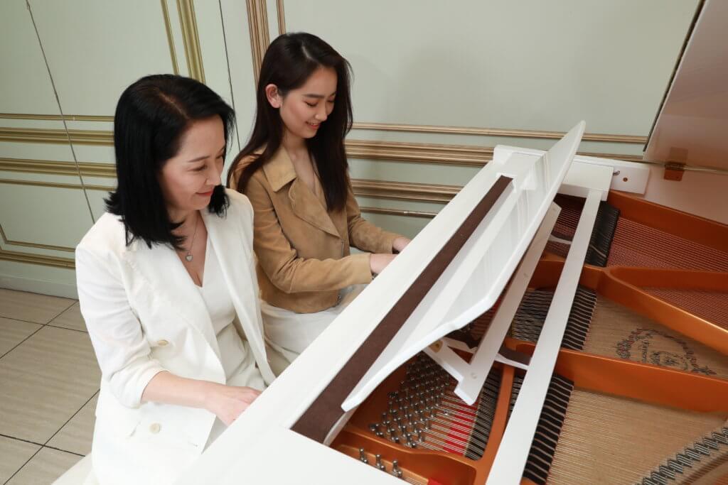 龔慈恩曾經做鋼琴老師,和女兒一齊彈琴曾經是母女間的遊戲。