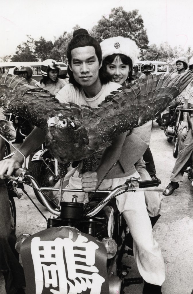 白彪懷念佳視時代電視台創新和有人情味,他開着一部有鵰的電單車宣傳《射鵰》。