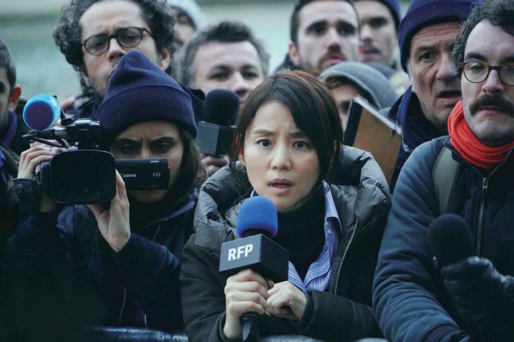 石田百合子飾演的駐外記者小峰洋子聰明獨立