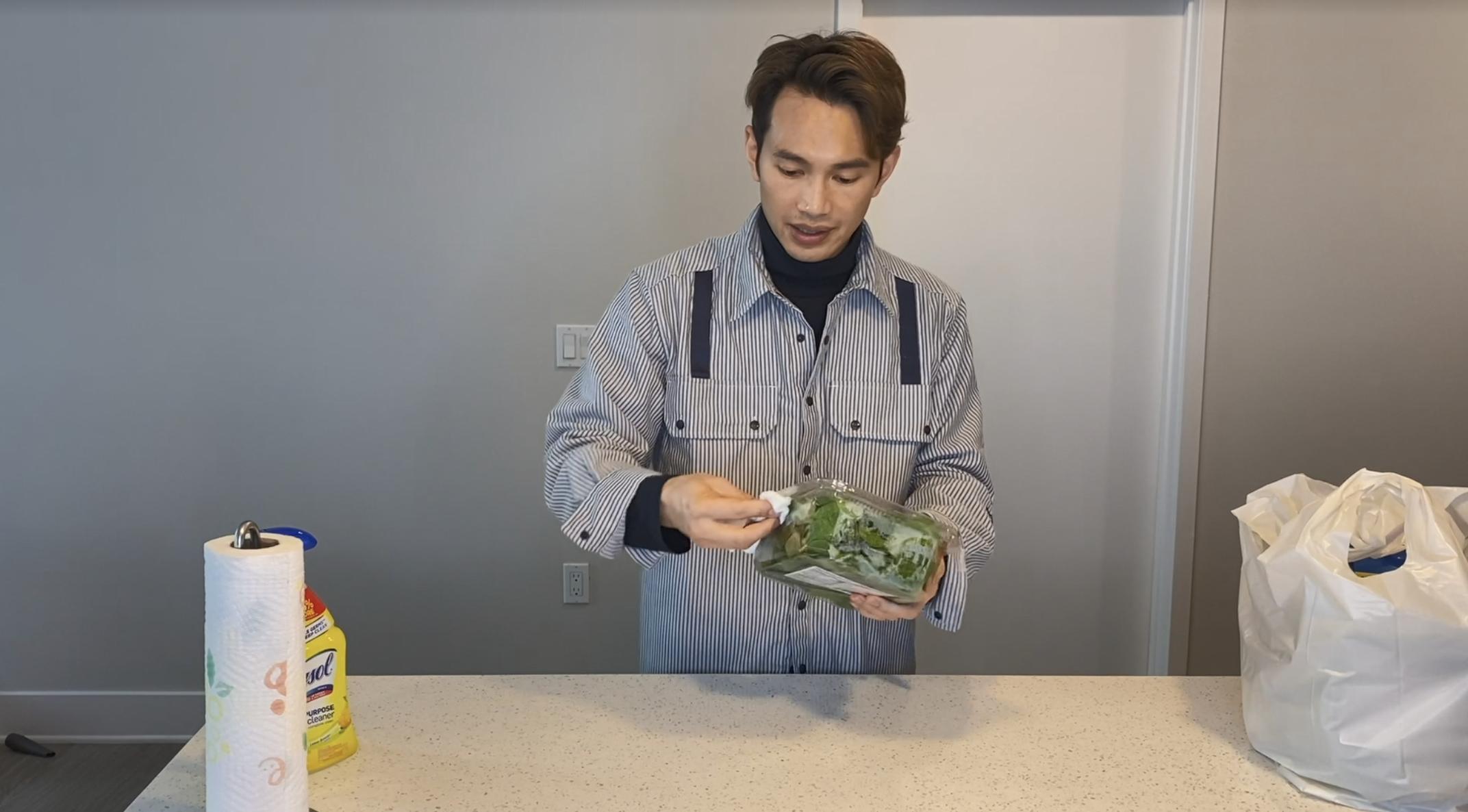 Jonathan用清潔劑擦拭食物包裝