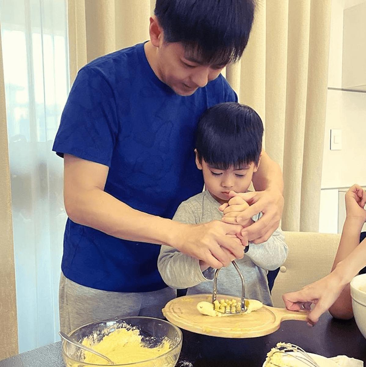 小志教囝囝搗香蕉泥