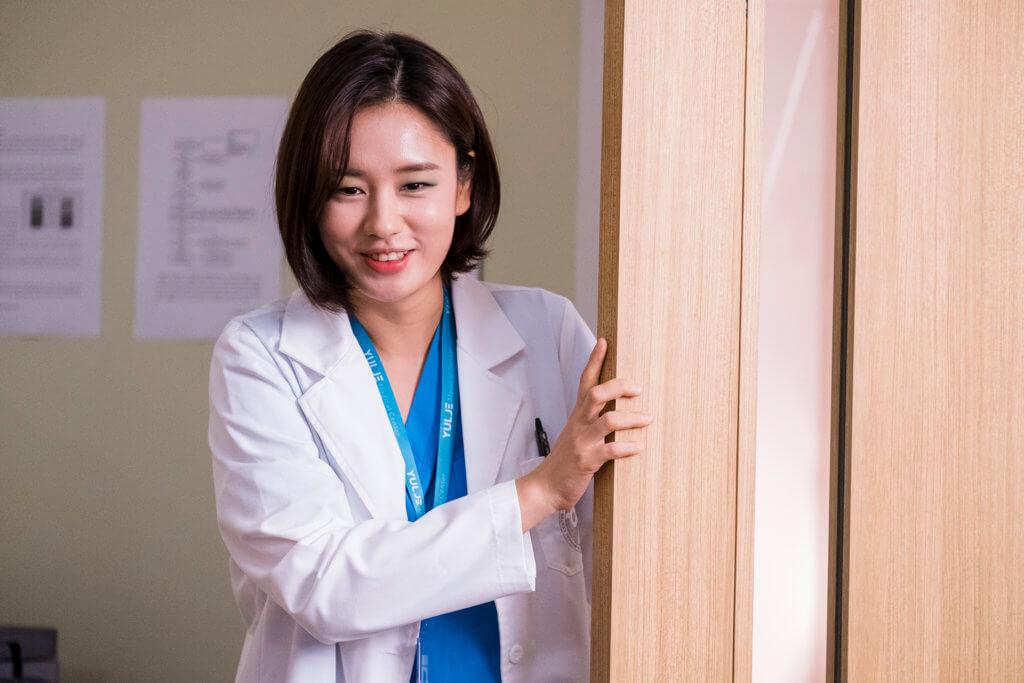 安恩珍是婦產科住院醫生,對金大明飾演的楊碩亨教授有好感。