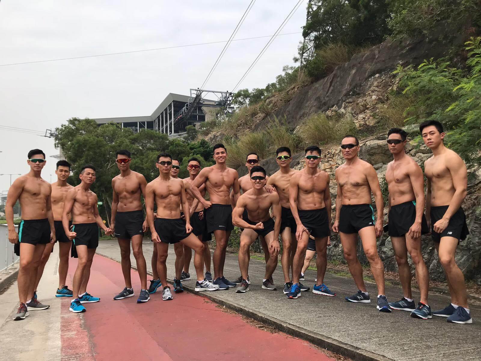 劇中男演員都需要赤膊操練,他表示每一位都成為了健身教練。