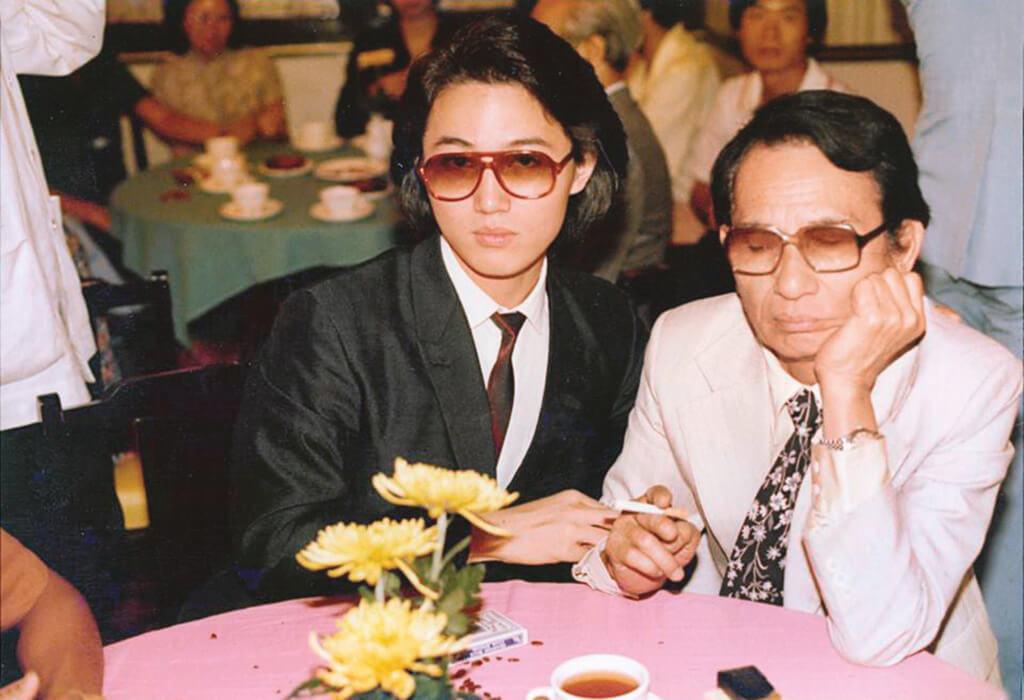 周啟生的父親是粵語片演員周吉,不過他沒拍戲,專注音樂。