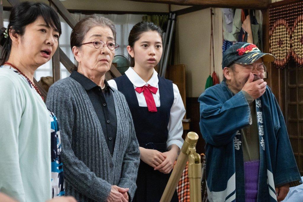 飾演滿男母親即阿寅細妹的倍賞千惠子(左二)已是一位慈祥的祖母