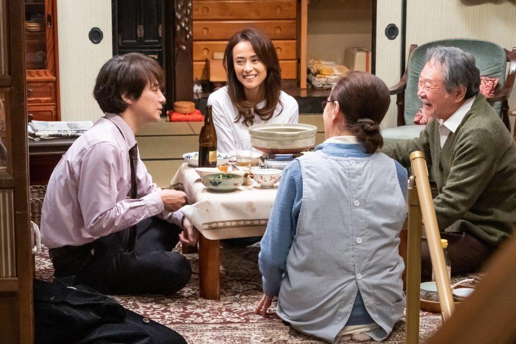 吉岡秀隆 (左) 飾演的滿男,在《寅次郎返嚟啦!》中帶同後藤久艾子飾演的初戀女友回到家鄉探望父母,回想童年跟舅父寅次郎的生活點滴。