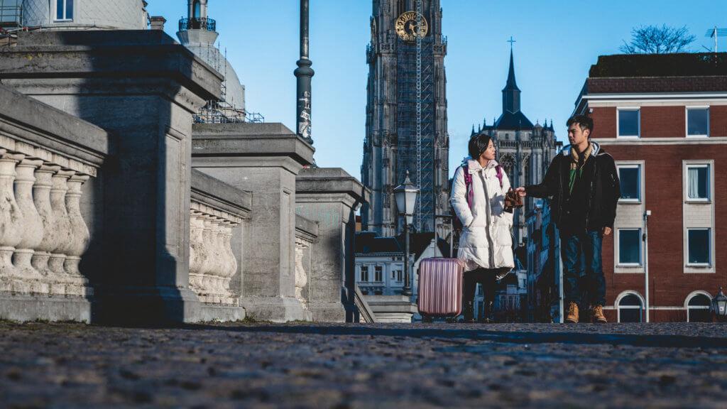 楊偲泳與陳健朗在新劇《歎息橋》分別飾演年輕版衛詩雅及林保怡,故事講述二人在比利時邂逅。