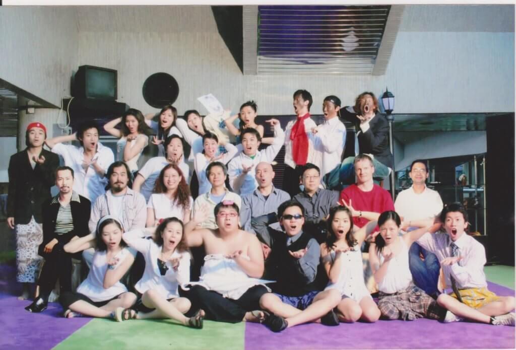 阿東與凌文龍(上排右二)在演藝是同班同學,二人熟稔。