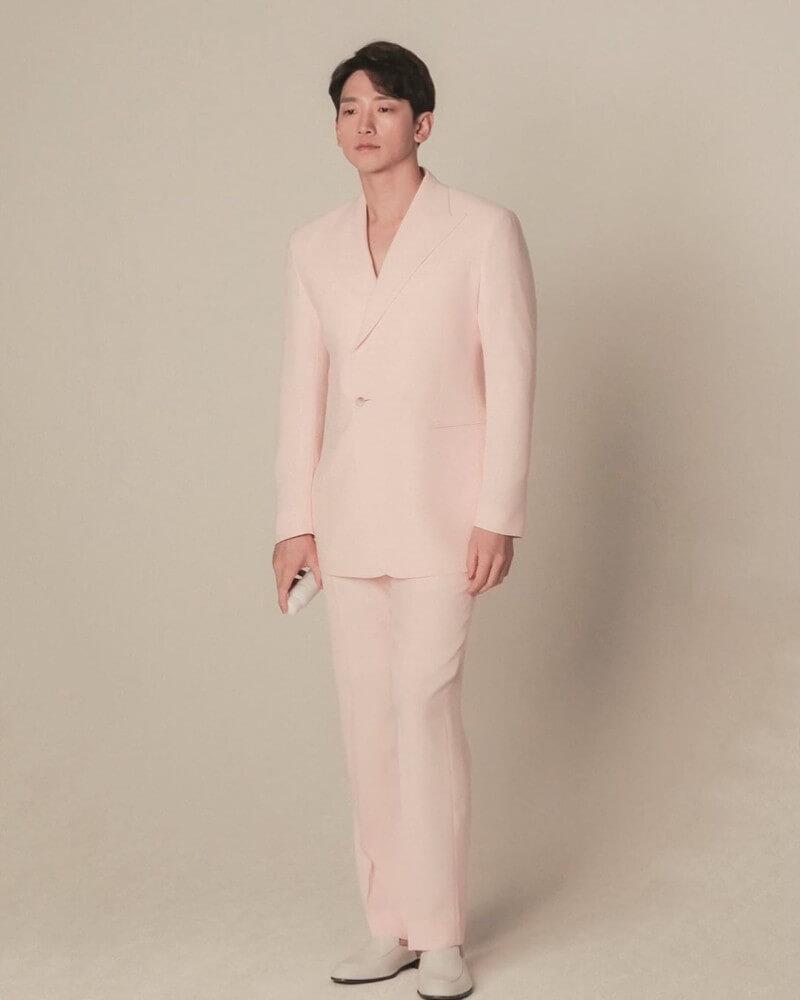 Rain在廣告中以粉紅春日色系造型示人