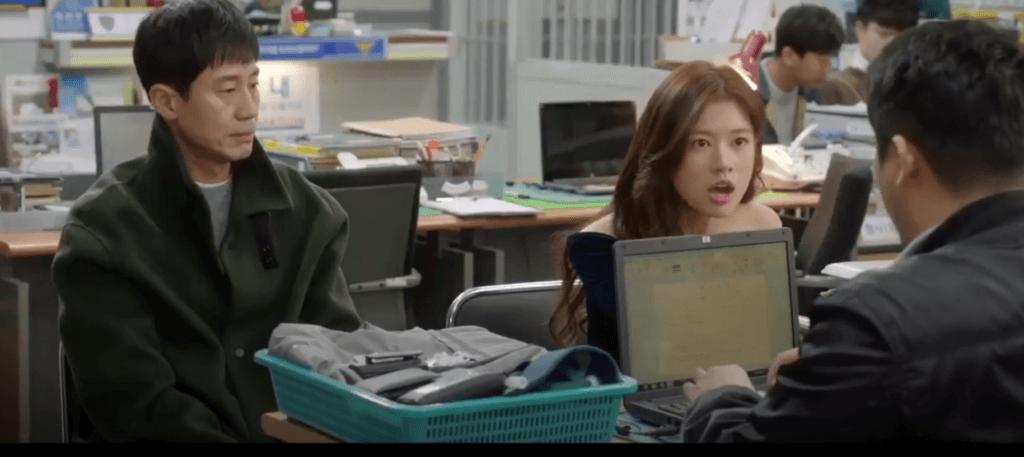 申河均跟庭沼珉初相識就在警局,當時見到庭沼珉的反應,他已經感覺她是精神有問題的病人。
