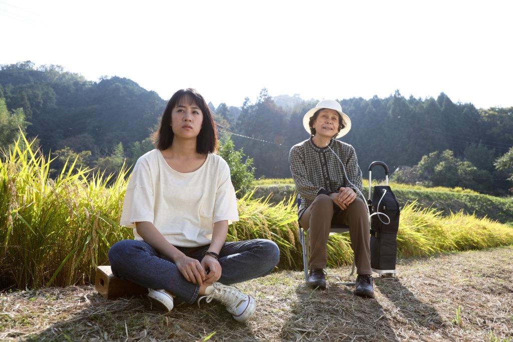 石橋靜河(左)扮演在重男輕女的傳統家庭下尋求戀愛自由的獨立女性。