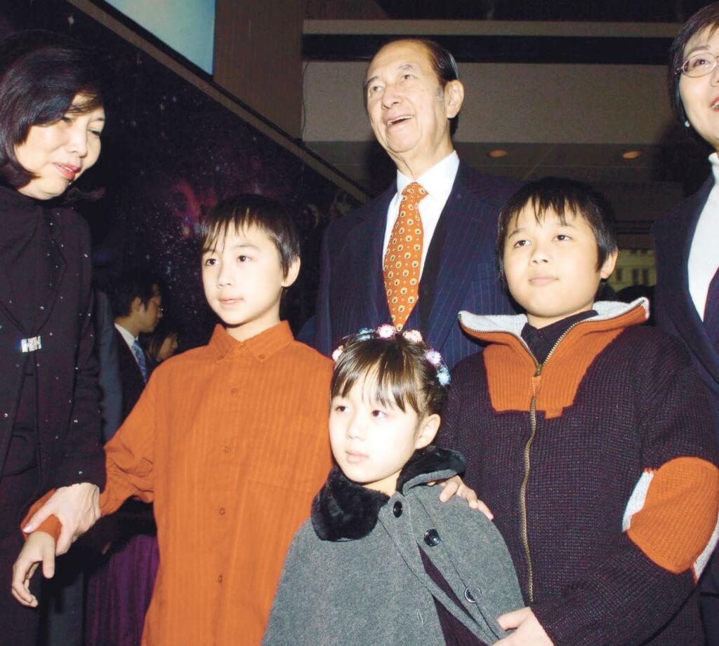 何鴻燊與四房的何猷亨、何猷君和何超欣出席活動,看兩個兒子的衣著,與父親的橙色領帶,其實是非常配襯。