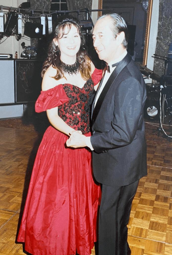 何鴻燊是舞王,孫女怎可以不懂跳舞?爺爺捉着家華的手要她一齊跳Waltz,還表示不用擔心,跟着他的步法就可以。
