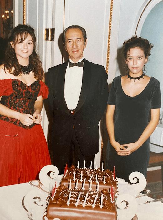 長房何猷光女兒何家華和何家文早年在英國讀書,爺爺為家華舉行十八歲生日大舞會慶祝。
