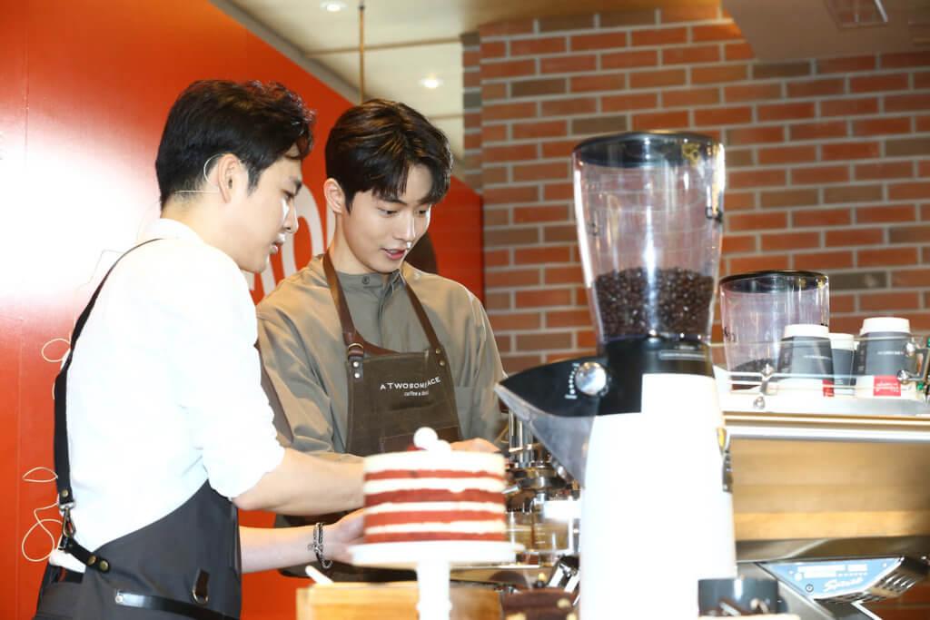 南柱赫去年為咖啡店代言,並親自當店長。