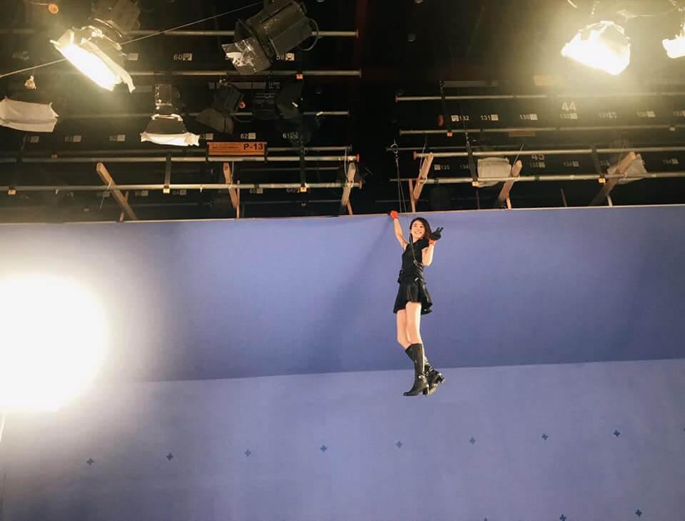 《降魔的2.0》劇中,鄧佩儀要飛天遁地又要落水,拍首次吊威也戲分時,她表示刺激又好玩。