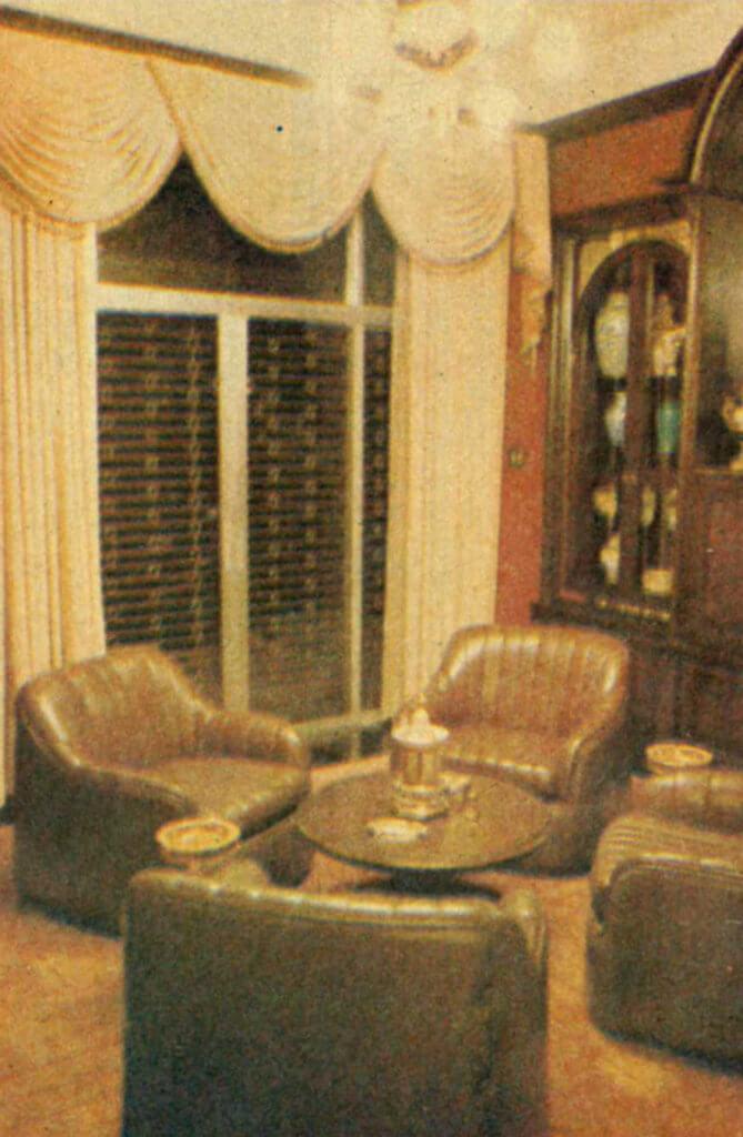 望住家中的水晶燈,何鴻燊忽然說唯一對唔住一個女人。