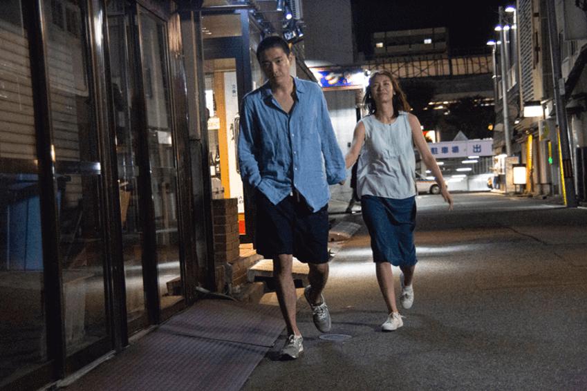 男女主角在街上行徑荒唐,但言語間流露出罪疚感。